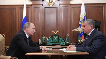 Prezydent Władimir Putin w rozmowie z prezesem Rosnifetu Igorem Sieczinem.