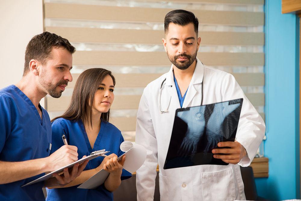 Lekarz, który odbywa rezydenturę, pracuje i wypełnia pełen zakres obowiązków właściwy dla lekarza danej specjalizacji