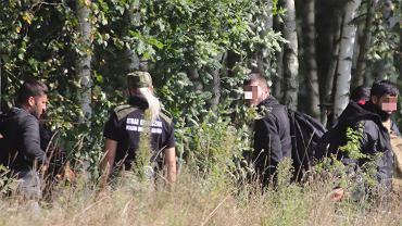 Minkowce przy granicy polsko - białoruskiej. Grupa Irakijczyków, która w sobotę (21 sierpnia) została zatrzymana przez straż graniczną, w niedzielę (22 sierpnia) przebywała w lesie. W momencie, kiedy straż graniczna nas zobaczyła zapakowała uchodźców do samochodu i wywiozła w nieznanym kierunku. Grupa ta złożyła wnioski o azyl i ma opiekę prawną