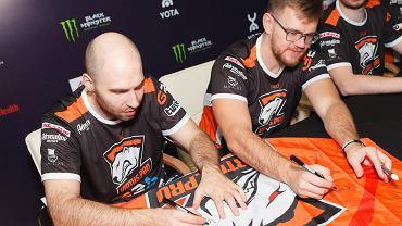 TaZ i NEO rozdający autografy w trakcie turnieju EPICENTER 2017