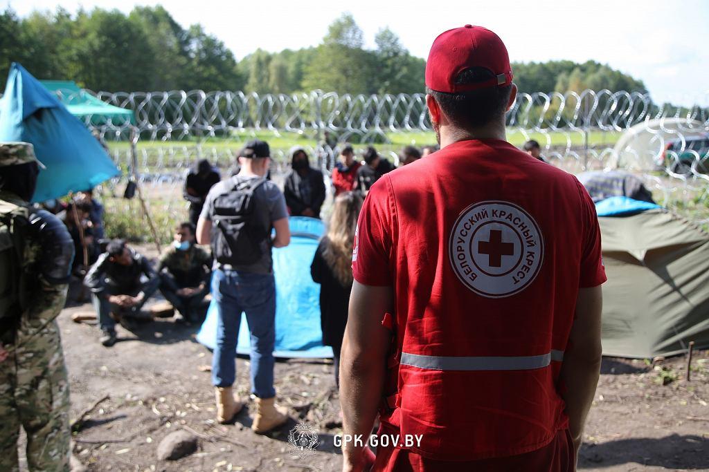 Obóz uchodźców w Usnarzu Górnym. Pomoc dostarczył białoruski Czerwony Krzyż i biuro UNHCR