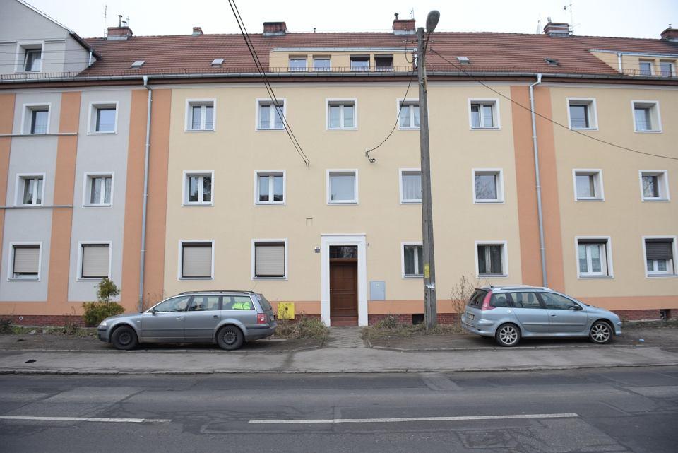 Blok przy ul. Mościckiego na Brochowie we Wrocławiu. W klatce nr 26 długo pracowali policjanci