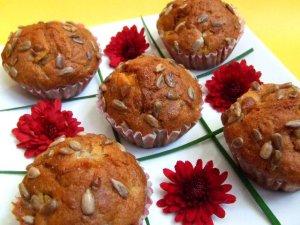 Muffinki z brzoskwiniami i prażonym słonecznikiem