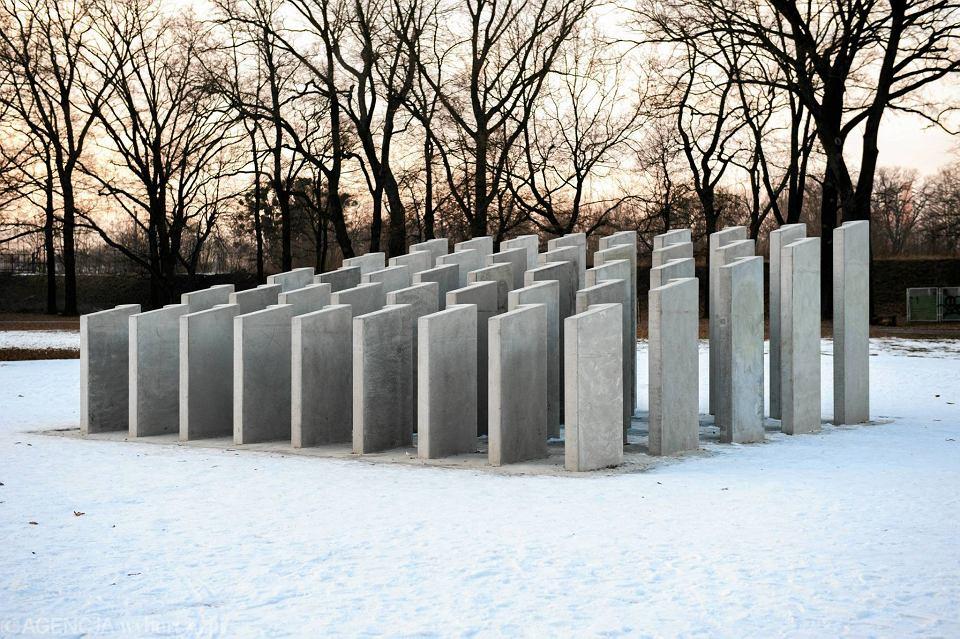 Rzeźba 'Samotność' w parku Popowickim