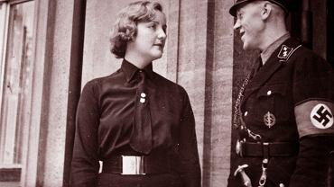 Unity Mitford (1914-48) w czarnej koszuli Brytyjskiej Unii Faszystów w Berlinie ok. 1933 r. stoi obok Fritza Stadelmanna, adiutanta Hitlera. Po dwóch latach od przybycia do Niemiec Mitford obracała się już w najściślejszym kręgu współpracowników Führera. Znała Josepha Goebbelsa, Hermanna Göringa, Heinricha Himmlera, ale najbardziej przyjaźniła się z największym nazistowskim żydożercą Juliusem Streicherem, skazanym na śmierć przez Międzynarodowy Trybunał Wojskowy w Norymberdze. Siostry mówiły o niej, że uwielbiała się bawić i miała ogromne poczucie humoru