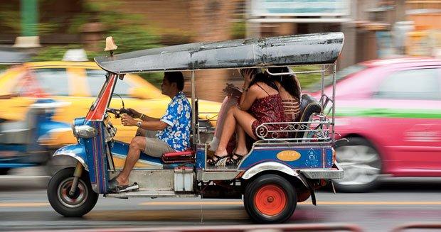 Tuk tuk na ulicach Bangkoku