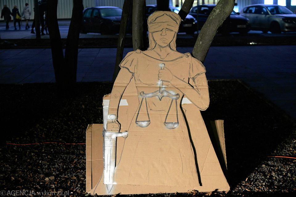 Manifestacja w obronie wolnych sądów na pl. Solidarności w Szczecinie