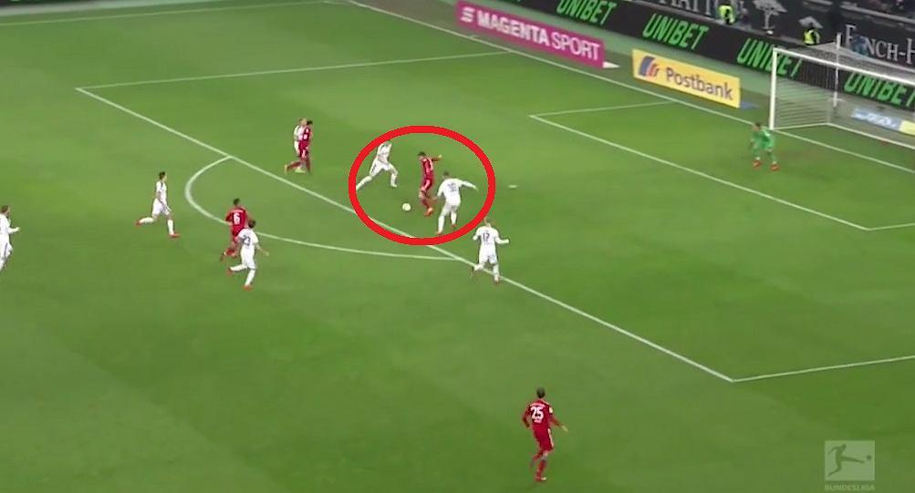 Robert Lewandowski strzela gola dla Bayernu Monachium