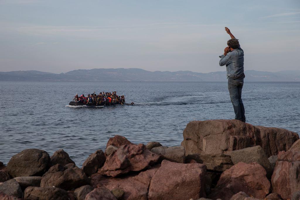 Łódź z uchodźcami zmierza na wyspę Lesbos.