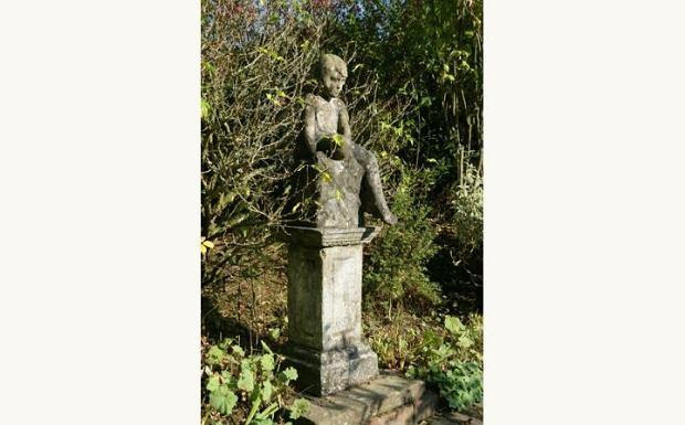 Rzeźba przedstawiająca jednego z bohaterów bajki - Krzysia