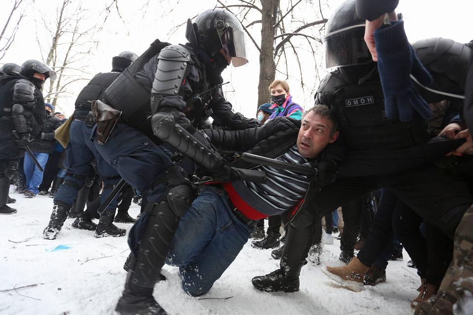 Rosyjski OMON, policja i Rosgwardia stosowały przeciwko protestującym przemoc fizyczną. Petersburg, 31 stycznia 2021 r.