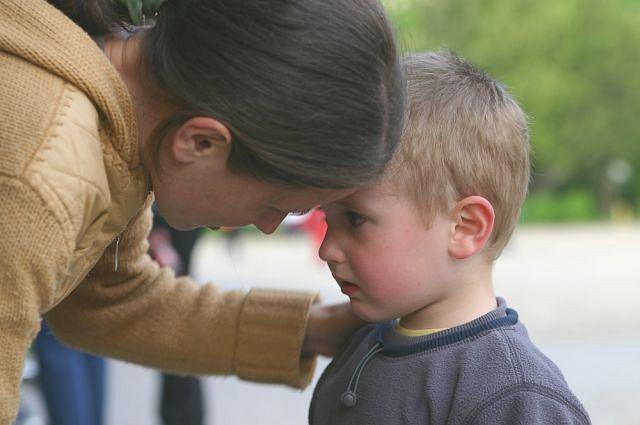 O, jakaś trudna sytuacja! Pomóżmy tej mamie, wyraźnie sobie nie radzi!