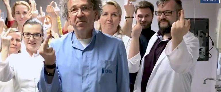 Lekarze odpowiedzieli na gest Lichockiej? Na wideo pokazują środkowy palec