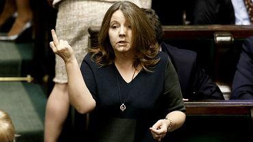 Posłanka Joanna Lichocka ze środkowym palcem.