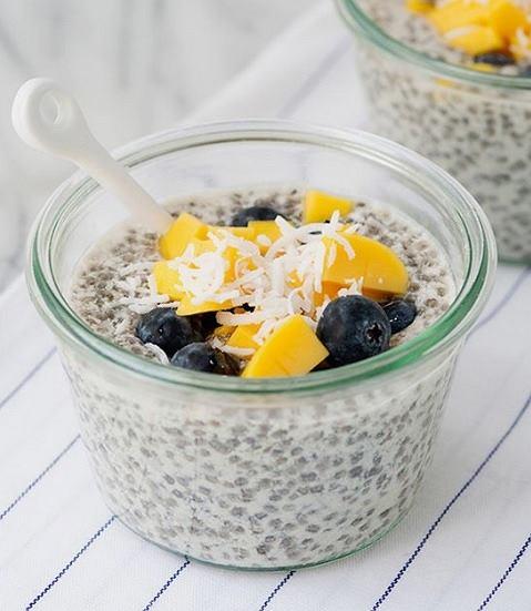 Lekkie śniadanie z płatkami owsianymi i chia