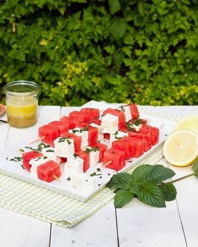 Szaszłyki arbuzowe można jeść na zimno lub z grilla