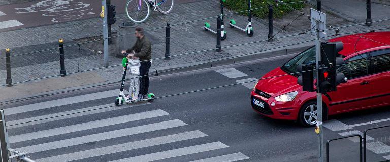 Śródmieście. Jechał na hulajnodze jezdnią zamiast chodnikiem. W dodatku z dzieckiem