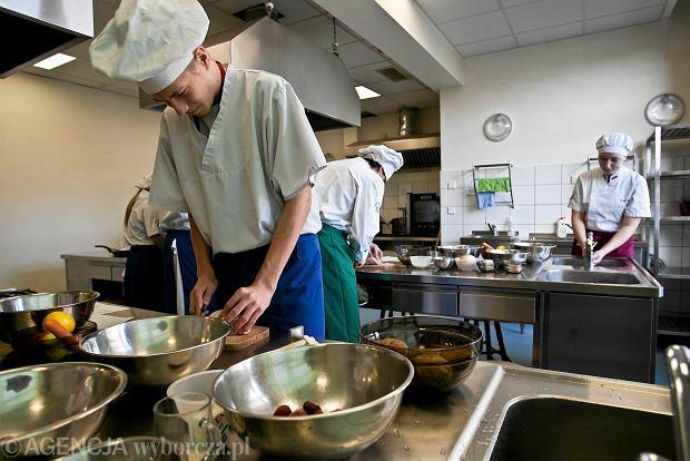 Uczniowie Zespołu Szkół Gastronomicznych podczas zajęć