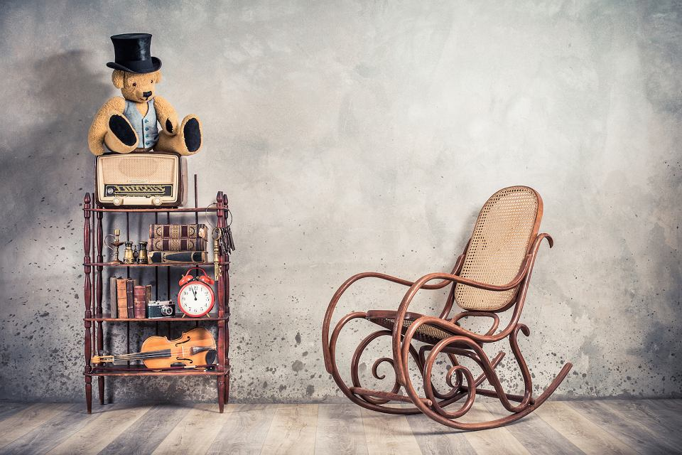 Klasyczny model fotela na biegunach w thonetowskim stylu.