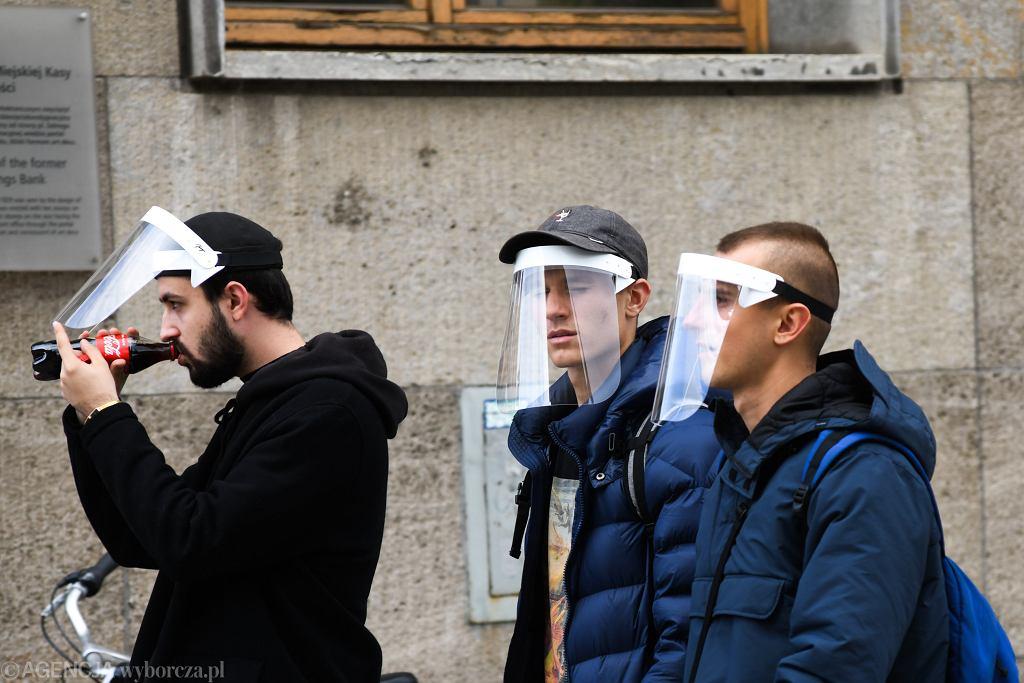 Andrusiewicz: Wprowadzony zostanie raczej kategoryczny zakaz używania m.in. przyłbic (zdjęcie ilustracyjne)