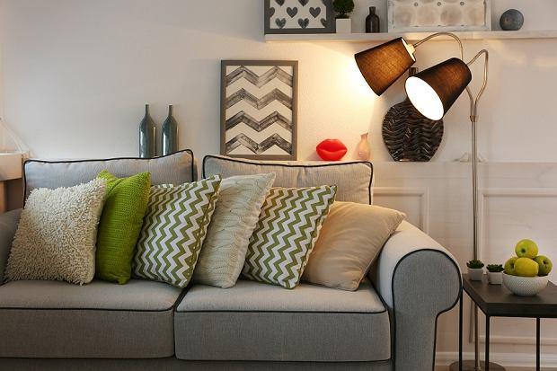 Lampy do salonu, które nadadzą klimat: sufitowe, podłogowe i kinkiety