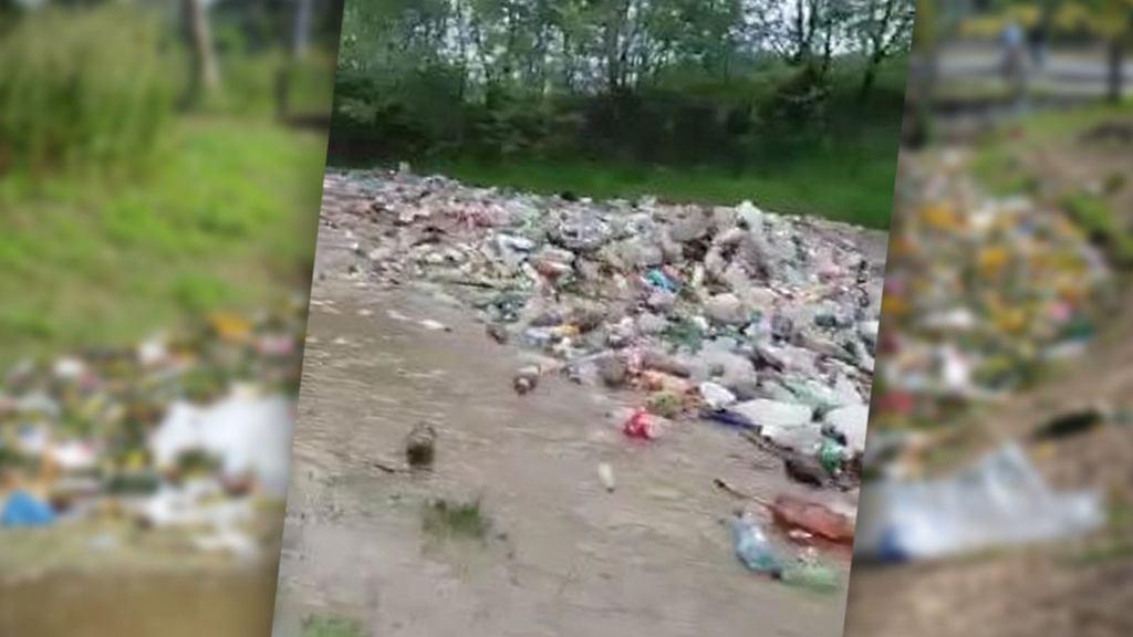 W Rumunii po powodziach pojawiła się rzeka pełna śmieci