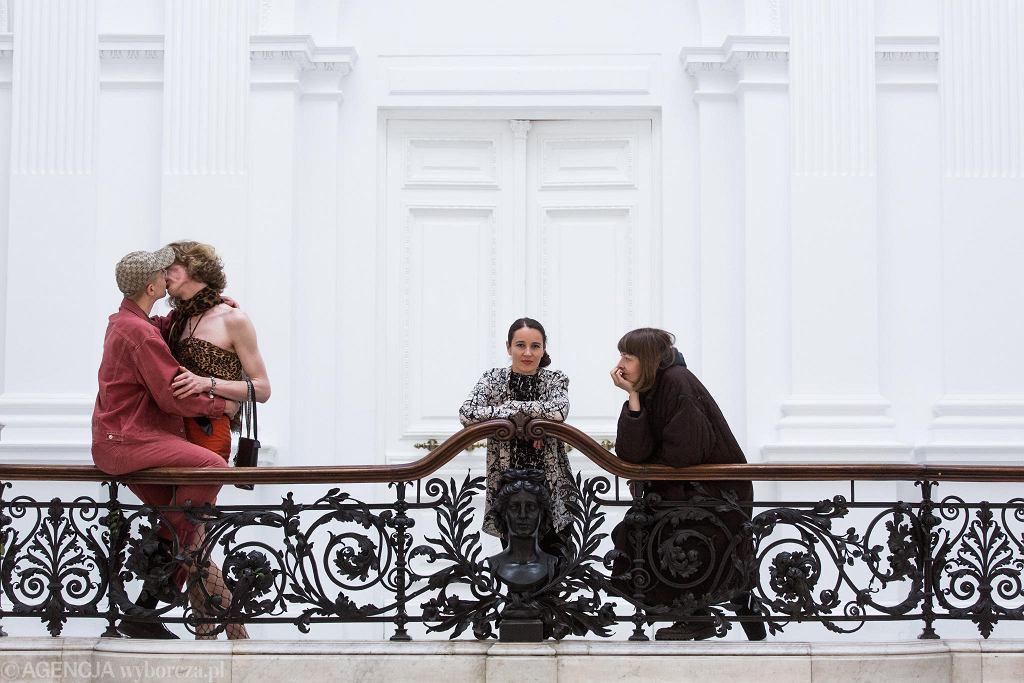 Artystki Dominika Olszowy (z prawej) i Gizela Mickiewicz (w środku) oraz przedstawiciele grupy queerowej Kem, których prace będzie można oglądać na najnowszej wystawie 'Spojrzenia'w galerii Zachęta. Para całuje się na zdjęciu, aby zwrócić uwagę na traktowanie mniejszości seksualnych i osób niebinarnych płciowo w debacie publicznej. Taki jest bowiem główny przedmiot artystycznej działalności grupy. / ADAM STĘPIEŃ