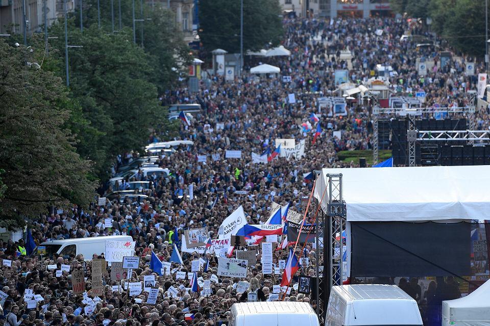 50 tys. osób demonstrowało we wtorek wieczorem na ulicach Pragi, domagając się odejścia Andreja Babisza. Powodem niezadowolenia Czechów jest nowa minister sprawiedliwości, która ma pomagać premierowi w jego sprawie karnej. Praga, 21 maja 2019 r.