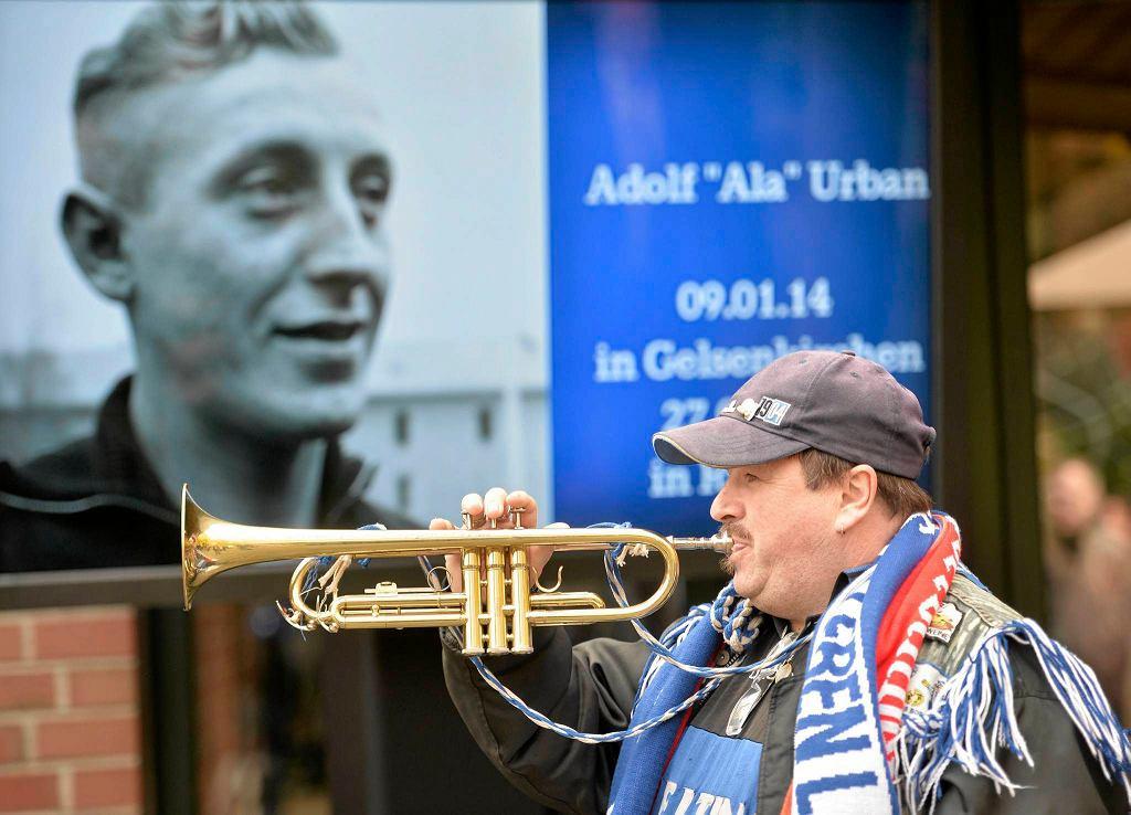 Fan Schalke gra na trąbce podczas pogrzebu Adolfa Urbana