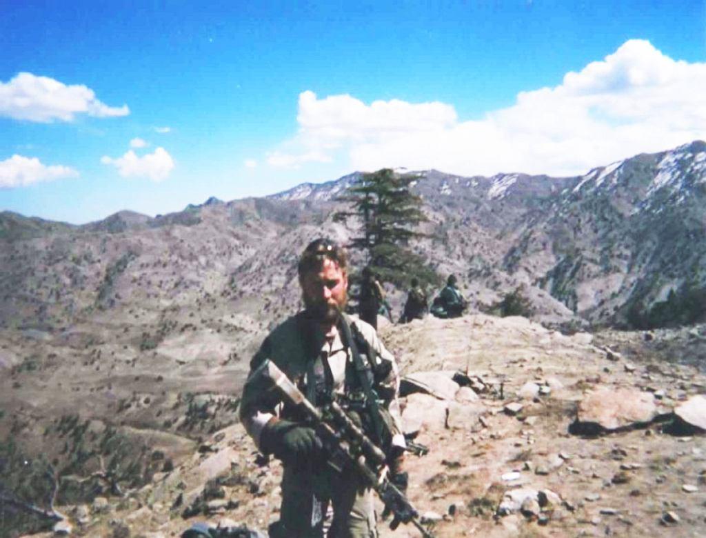 Britt Slabinski, komandos SEALs, który za bitwę na Takur Ghar też dostał Medal Honoru. Zdjęcie na szczycie już po bitwie