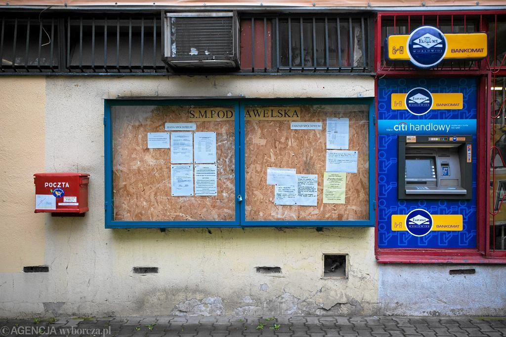 W zeszłym roku Polacy rekordowo rzadko korzystali z bankomatów