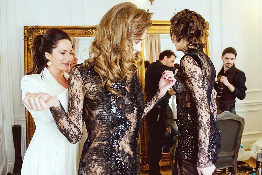 Sylwia Romaniuk z modelkami podczas spotkania prasowego w swoim atelier. Romaniuk jest pierwszą polską projektantką zakwalifikowaną na Arab Fashion Week w Dubaju
