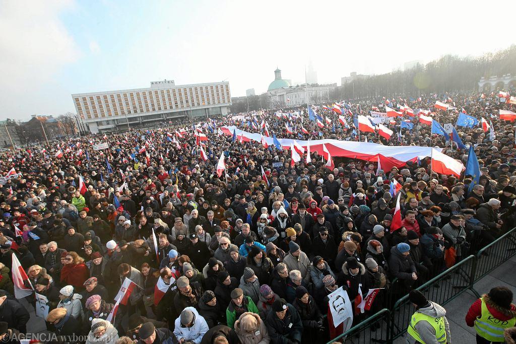 Demonstracja KOD w obronie Lecha Walesy
