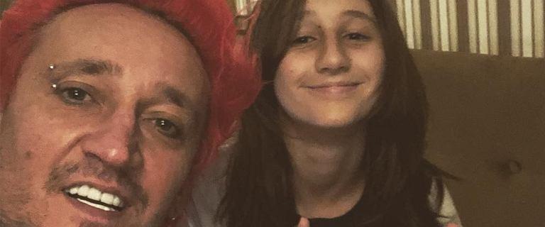Córka Michała Wiśniewskiego zmieniła fryzurę. Etiennette pofarbowała się na... siwo. Piosenkarz też zaszalał i zrobił sobie dredy