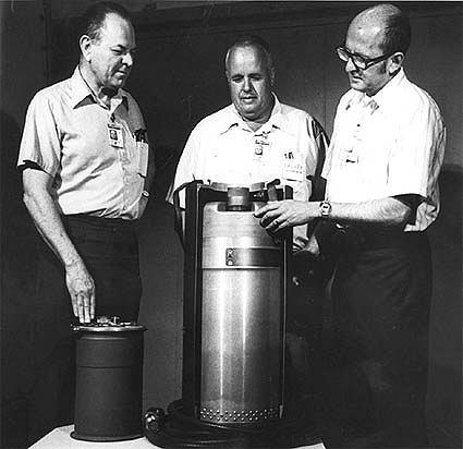 Naukowcy stojący nad MADM (fot. Brookings Institution / Department of Defense)