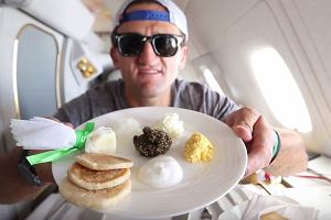 Linie lotnicze Emirates podarowały mu bilet pierwszej klasy. Nakręcił film i pokazał, jak luksusowy był to lot