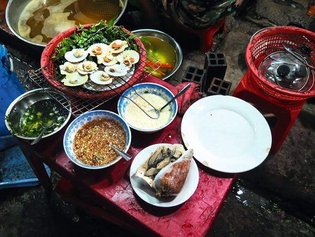 Sajgon, przegrzebki z sosem sojowym, małże w cieście, morskie ślimaki w chili