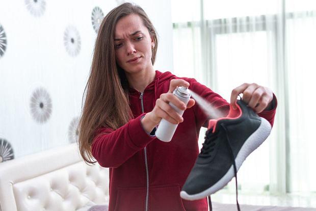 Butów nie wystarczy odświeżyć. trzeba je też odkazić, jeśli chcesz pozbyć się bakterii czy zarodników grzyba