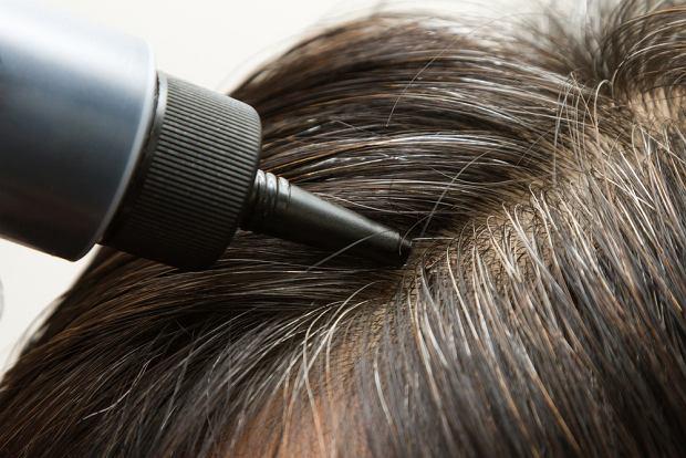 Na rynku dostępne są tzw. 'odsiwiacze', które przyciemniają siwe włosy i pozwalają dłużej cieszyć się ich pierwotnym kolorem