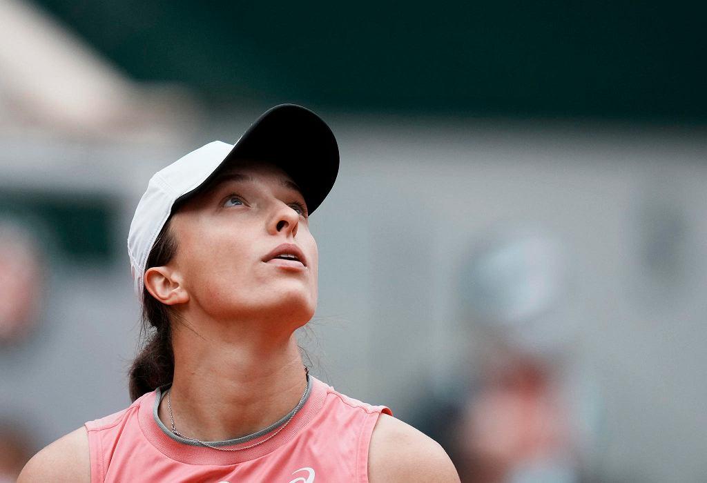 Iga Świątek podczas meczu trzeciej rundy Rolanda Garrosa z Estonką Anett Kontaveit