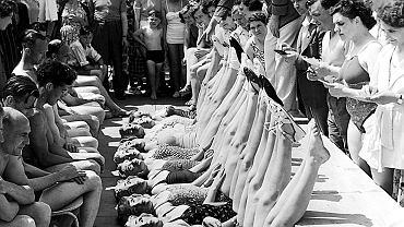 Maj 1952, konkurs piękności  w brytyjskim nadmorskim kurorcie Clacton-on-Sea. Aby jurorzy oceniali tylko figury, nie kierując się urodą, uczestniczki występują w maskach
