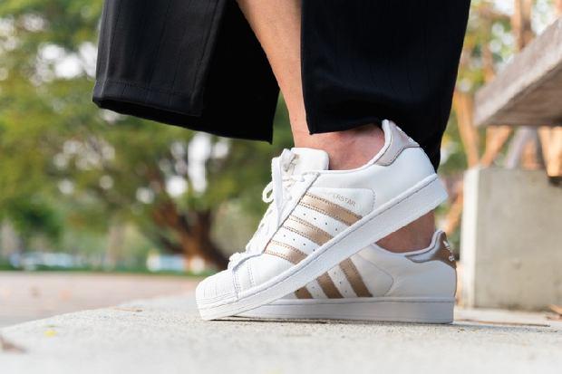 Kultowe modele butów Adidas w promocyjnych cenach. Rabaty aż