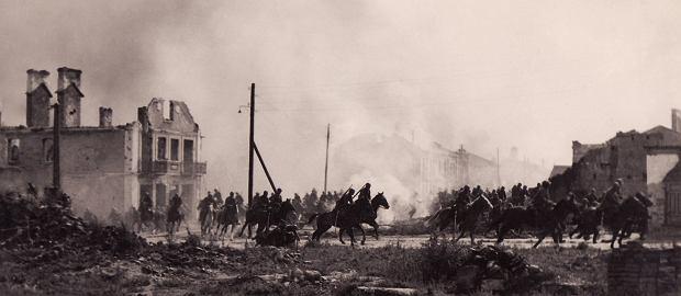 Zdjęcie z planu niemieckiego filmu propagandowego mającego przedstawiać polską kawalerię. Bardzo często jest to materiał traktowany jako dokumentalny