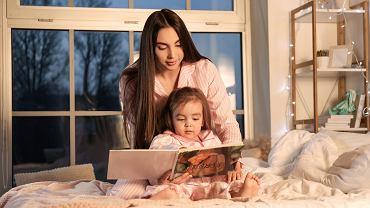 Książki dla 3-latka wzbogacają słownictwo dziecka. Zdjęcie ilustracyjne