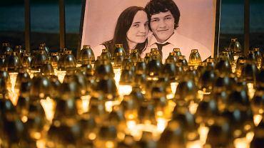 Zdjęcie zamordowanych Jana Kuciaka i jego partnerki Martiny Kusnirovej podczas marszu milczenia w Bratysławie.