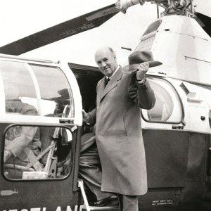 Igor Sikorski wsiadający do jednej ze swoich maszyn, 1955 r., fot. AP