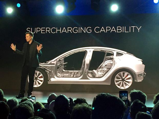 Tesla zaczyna produkcję popularnego auta na prąd - Tesla Model 3. Na samochody elektryczne stawiają też Volvo, Chevrolet, Nissan, Mercedes i Toyota
