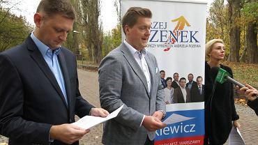 Andrzej Rozenek (z lewej) i radny Grzegorz Walkiewicz (w środku) przed stadionem Skry