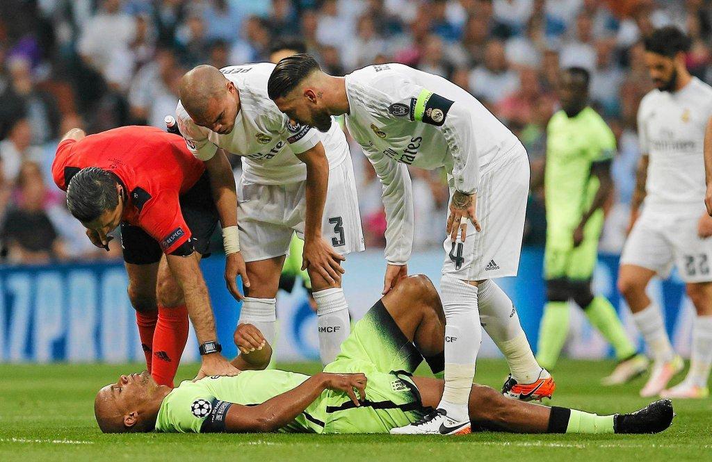 Pepe, Sergio Ramos pochylają się nad Vincentem Kompany'm