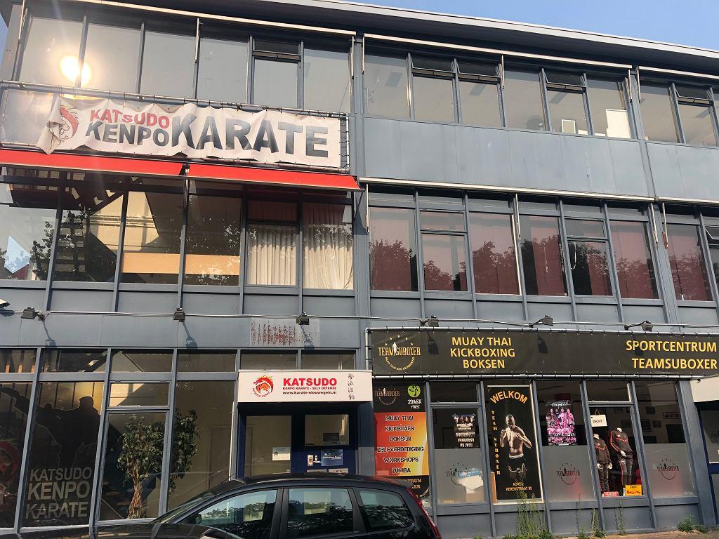 Za brązowymi zasłonami na pierwszym piętrze znajdują się biura spółki Schildershoven